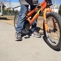 Vélo enfant_pieds à plat